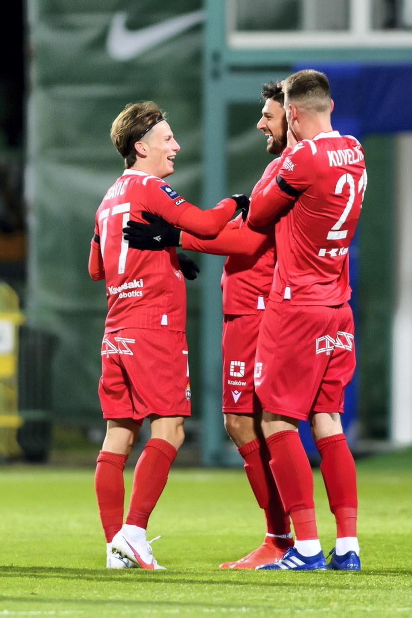Wiślacy: Stefan Sacvić, Adi Mehremić i Nikola Kuveljić cieszyli się po golu tego drugiego, ale ostatecznie radowali się piłkarze Warty. /Jakub Kaczmarczyk /PAP