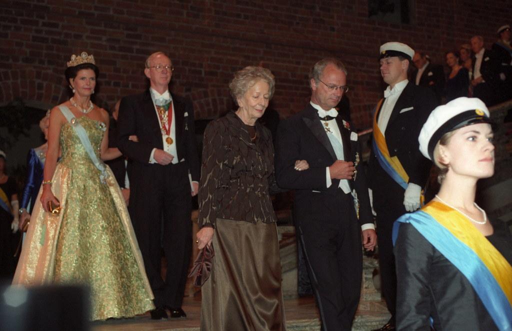Wislawa Szymborska i król Karol XVI Gustaw w drodze na bankiet, fot. Jacek Bednarczyk //PAP/EPA