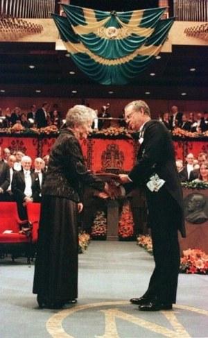 Wisława Szymborska odbiera nagrodę Noba w 1996 roku  /JONAS EKSTROMER / SCANPIX SWEDEN /AFP