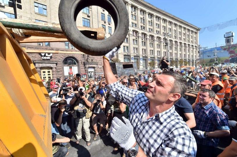 Witalij Kliczko demontuje barykady z kijowskiego Majdanu, sierpień 2014 /AFP