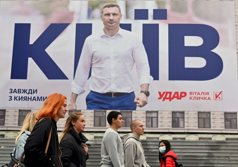 Witalij Kliczko na billboardzie przed wyborami lokalnymi /AFP