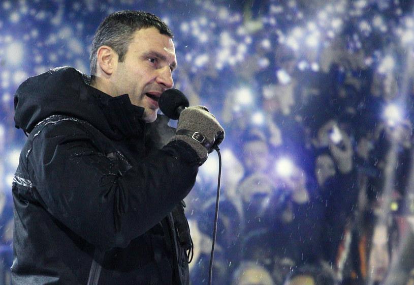 Witalij Kliczko przemawiający do tłumu na Majdanie /ANATOLIY STEPANOV /AFP
