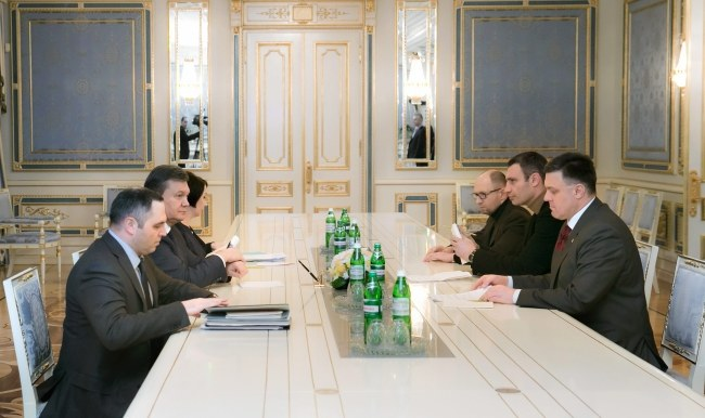 Witalij Kliczko, Wiktor Janukowycz i Ołeh Tiahnybok podczas rozmów z Wiktorem Janukowyczem /PAP/EPA/ANDRIY MOSIENKO / POOL /PAP/EPA