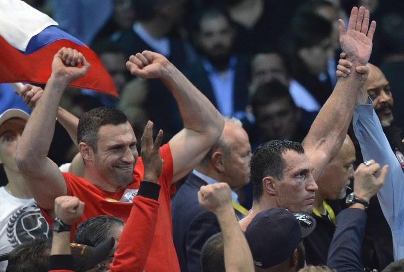 Witalij Kliczko (z lewej), obok Władimir Kliczko /AFP