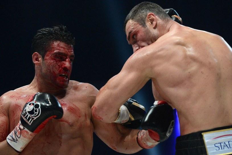 Witalij Kliczko (z prawej) podczas ostatniej w karierze krwawej walki z Manuelem Charrem /AFP