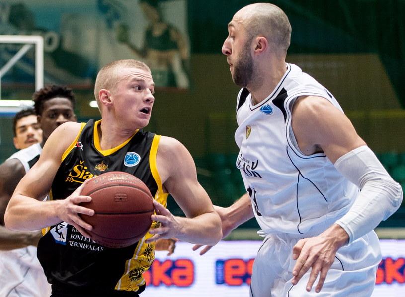 Witalij Kowalenko (z lewej) w meczu z BC Siauliai /Fot. Maciej Kulczyński /PAP