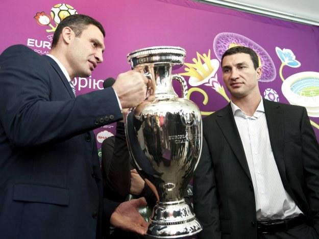 Witalij (zl lewej) i Władymir Kliczko /AFP