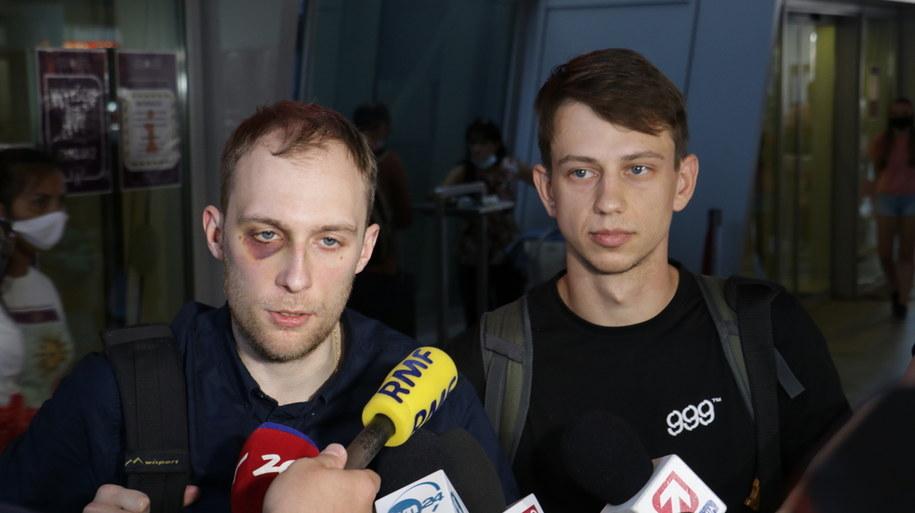 Witold Dobrowolski  i Kacper Siennicki  rozmawiają z dziennikarzami na warszawskim lotnisku Okęcie /Jakub Rutka /RMF FM