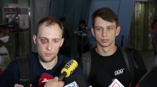 Witold Dobrowolski i Kacper Siennicki rozmawiają z dziennikarzami na warszawskim lotnisku Okęcie /Kamil Rutka /RMF FM