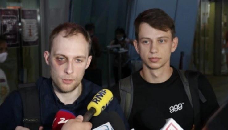 Witold Dobrowolski i Kacper Siennicki rozmawiają z dziennikarzami na warszawskim lotnisku Okęcie /Kamil Rutka /Archiwum RMF FM