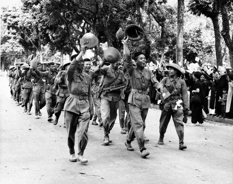 Wiwatujący żołnierze Viet Minhu /East News