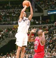Wizards -  Bulls 106:99. Juan Dixon rzuca nad Adrianem Griffinem /AFP