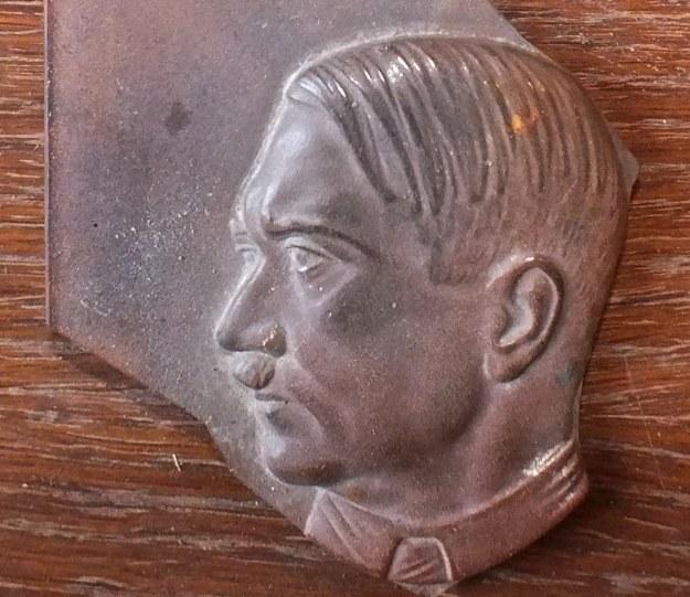 Wizerunek Hitlera odnaleziony w d. obozie w Lwówku Śl. /Odkrywca