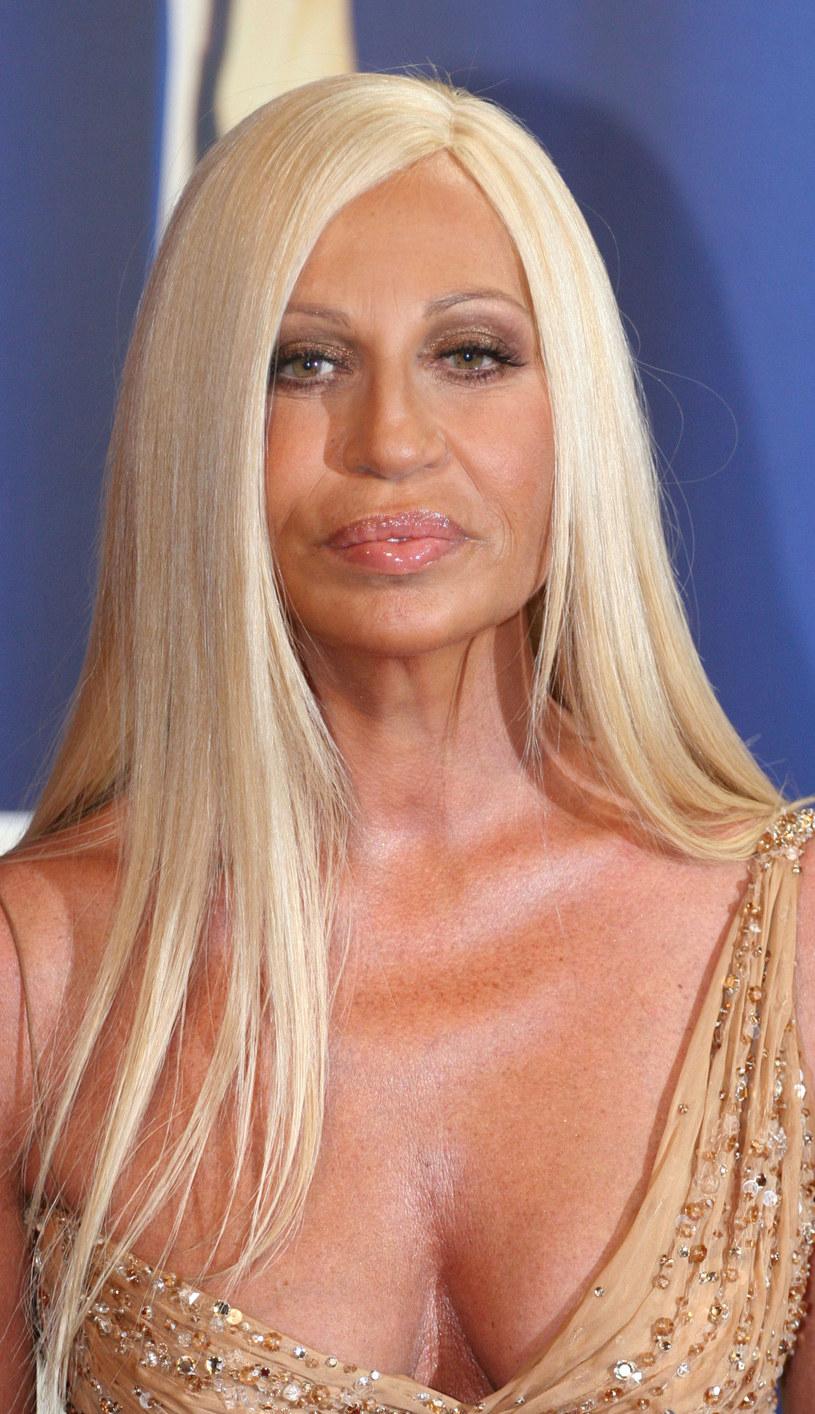 Wizerunke długowłosej blondynki wymyślił jej brat Gianni Versace. /Getty Images