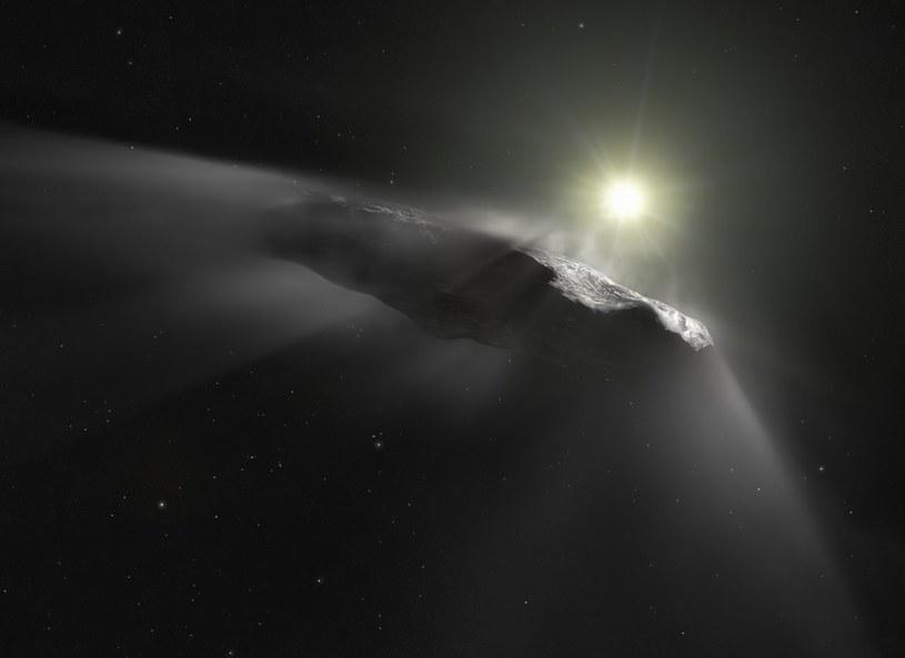 Wizja artystyczna obiektu 'Oumuamua, który przyleciał do Układu Słonecznego z przestrzeni międzygwiazdowej (najprawdopodobniej z innego systemu planetarnego). Podobne pochodzenie może mieć kometa, która stanie się przedmiotem badań misji Comet Interceptor.