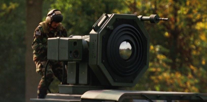 """Wizja broni sonicznej zamontowanej na wojskowych jeepach - kadr z filmu """"Hulk"""" /materiały prasowe"""