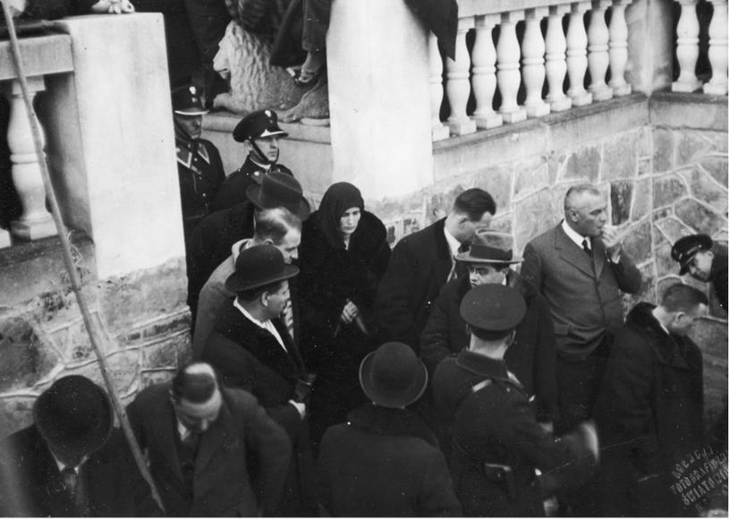 Wizja lokalna przeprowadzona podczas procesu Rity Gorgonowej w miejscu popełnienia zbrodni w willi Brzuchowicach, 1933 r. /Ze zbiorów Narodowego Archiwum Cyfrowego