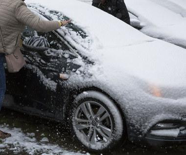 """""""Wizjerek w szybie"""" i czapa śniegu na dachu. Co grozi za jazdę nieodśnieżonym autem?"""