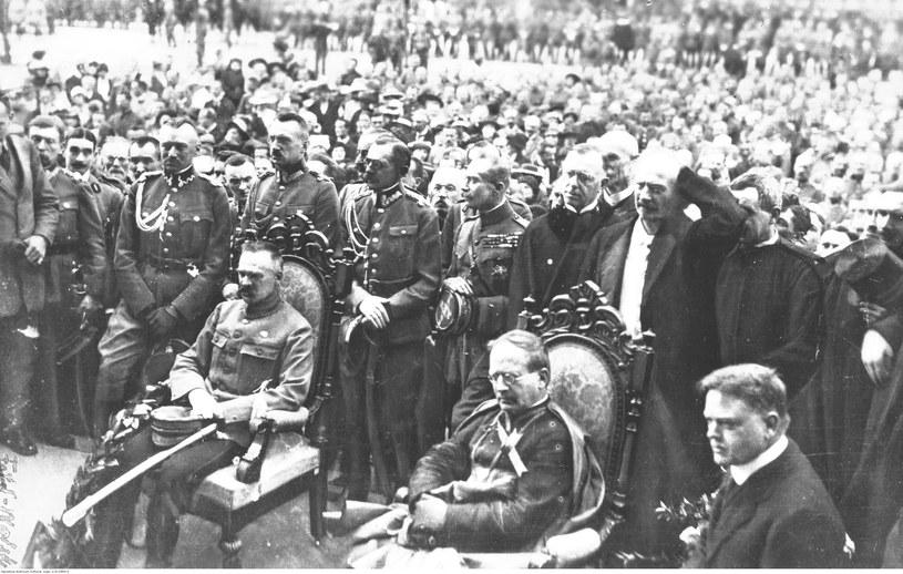 Wizyta Herberta Hoovera (siedzi pierwszy z prawej) w Polsce w 1919 roku. Na zdjęciu również Józef Piłsudski i Ignacy Paderewski /Z archiwum Narodowego Archiwum Cyfrowego