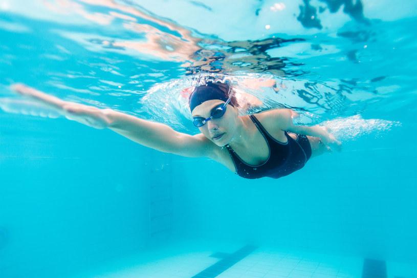 Wizyta na basenie potrafi się okazać dla naszych włosów nie lada wyzwaniem /123RF/PICSEL