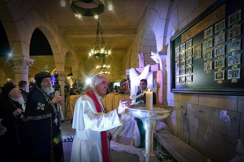 Wizyta papieża Franciszka w kościele, który był celem zamachu /CIRO FUSCO /PAP/EPA