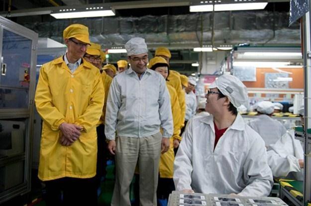Wizyta Tima Cooka poskutkowała, w Foxconnie pracują mniej /AFP