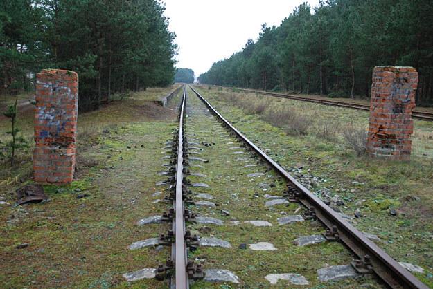 """Wjazd kolejowy do bydgoskiej """"Luftmuny"""". Słupy po bramie są oryginalne /Odkrywca"""