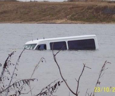 Wjechał do jeziora przez navi