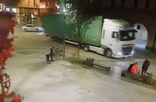 0007OEFLTJ9MFA4O-C307 Wjechał tirem na rynek w Gliwicach