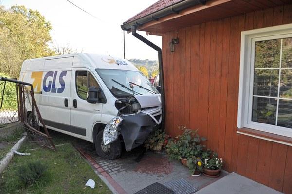 29-letni kurier na zakręcie stracił panowanie nad pojazdem, przejechał przez prywatną posesje i uderzył w dom. Mężczyzna był trzeźwy, nic mu się nie stało.