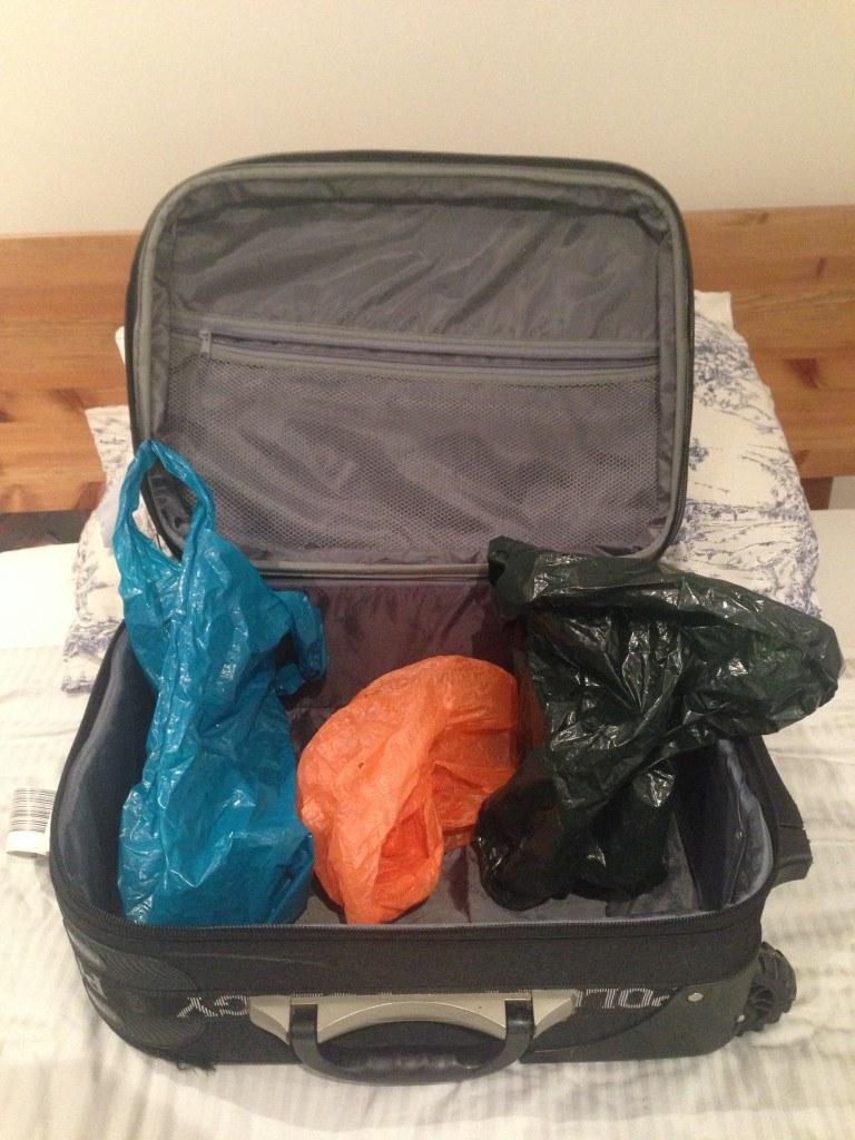 Wkładaj rzeczy w plastikowe torby /© Photogenica