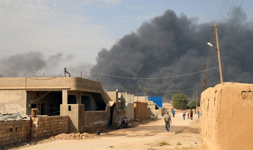 Wkroczenie syryjskiej armii na północne tereny kraju to efekt niedzielnego porozumienia, jakie zawarli Kurdowie z reżimem /AHMED MARDNLI /PAP/EPA