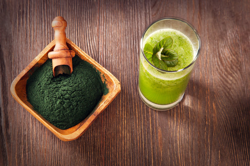 Włącz do diety spirulinę - sproszkowane algi /123RF/PICSEL
