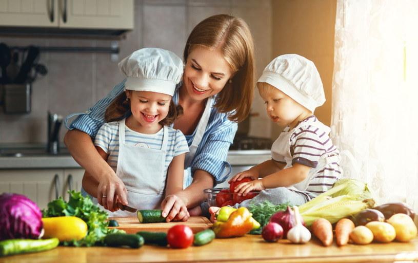 Włączenie dzieci w przygotowanie posiłku może przekonać je do jedzenia warzyw! /123RF/PICSEL
