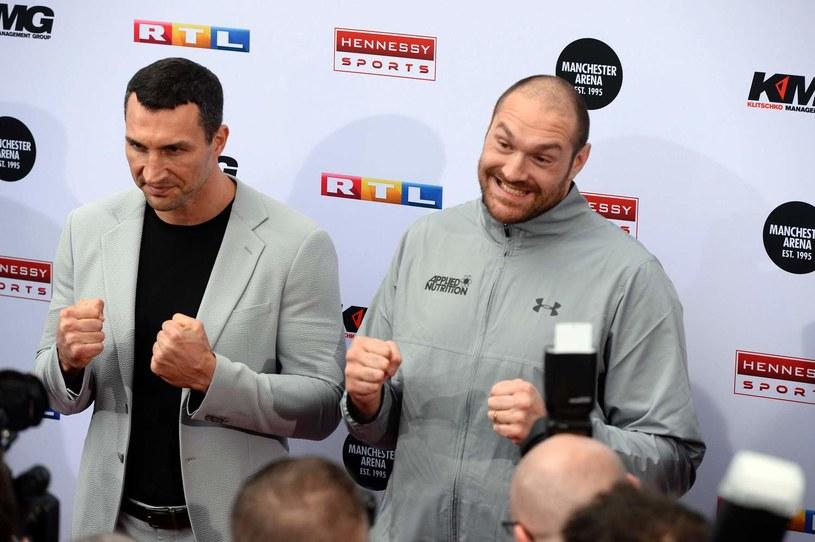 Władimir Kliczko (z lewej) i Tyson Fury /AFP