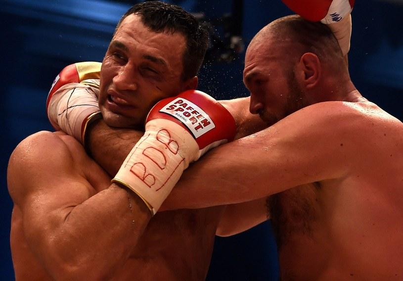 Władimir Kliczko (z lewej) niespodziewanie przegrał z Tysonem Furym w Duesseldorfie /AFP