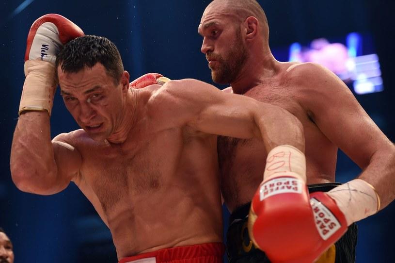 Władimir Kliczko (z lewej) przegrał z Tysonem Furym w Duesseldorfie /AFP