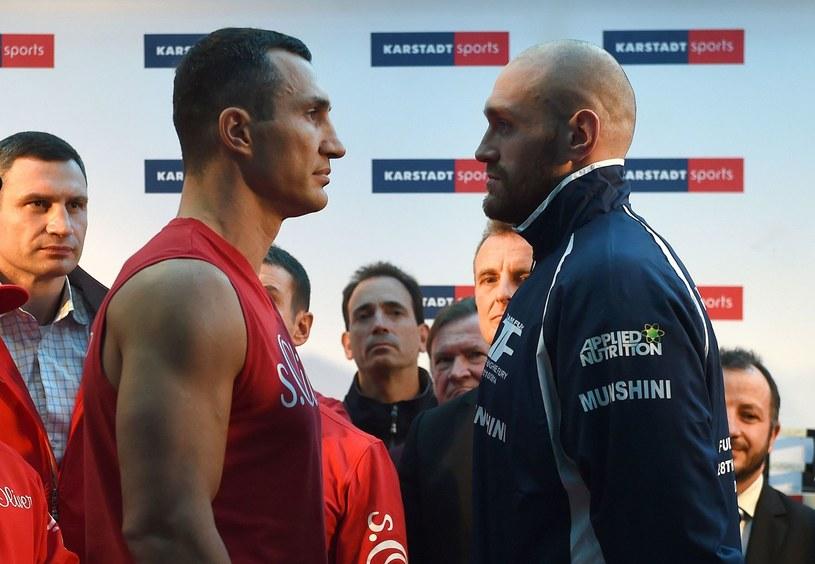 Władimir Kliczko (z lewej) twarzą w twarz z Tysonem Furym /AFP