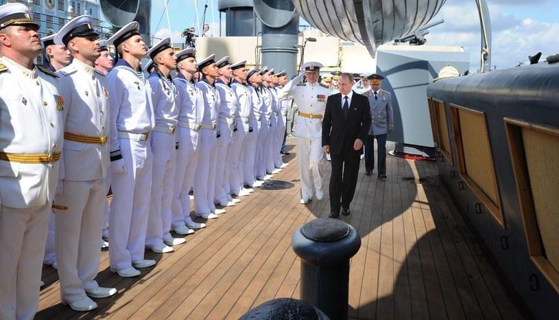 Władimir Putin (C) /AFP