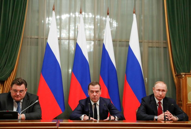 Władimir Putin i Dmitrij Miedwiediew na spotkani u członków gabinetu w dniu , w którym premier podał się do dymisji /Dmitry Astakhov /PAP/EPA