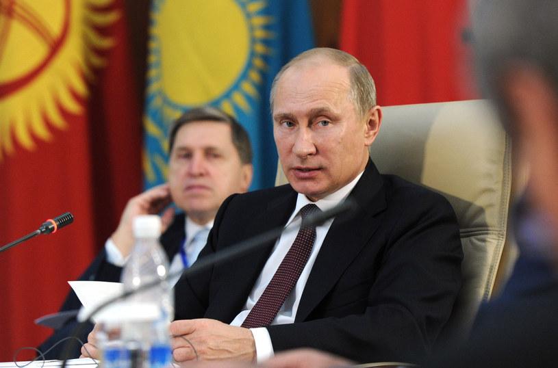 Władimir Putin i Jurij Uszakow (na drugim planie) /AFP