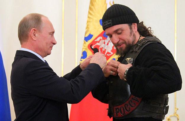 """Władimir Putin i szef """"Nocnych Wilków"""" Aleksander Zaldocanow fot. Mikhail Klimentyev / Ria-Novosti /AFP"""