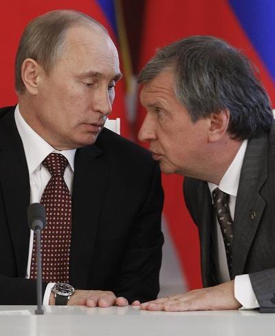 Władimir Putin (L) i Igor Seczin (P, prezes spólłki Rosnieft) /AFP