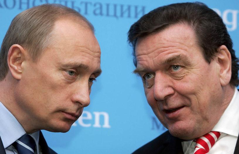 Władimir Putin (L, prezydent Rosji) i Gerhard Schroeder (P, wtedy kanclerz Niemiec) w 2004 r. /AFP
