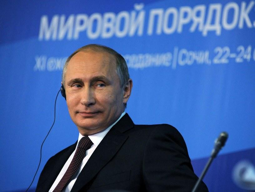 Władimir Putin naradzał się z członkami rządu /AFP