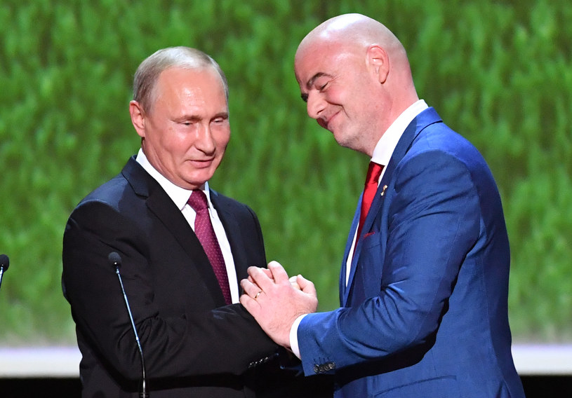 Władimir Putin odbiera hołdy od szefa FIFA /AFP