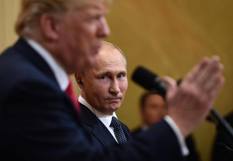 Władimir Putin patrzy na Donalda Trumpa w Helsinkach /AFP