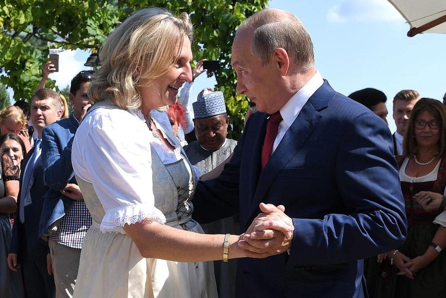 Władimir Putin podczas tańca z Karin Kneissl /ROLAND SCHLAGER / POOL /PAP/EPA