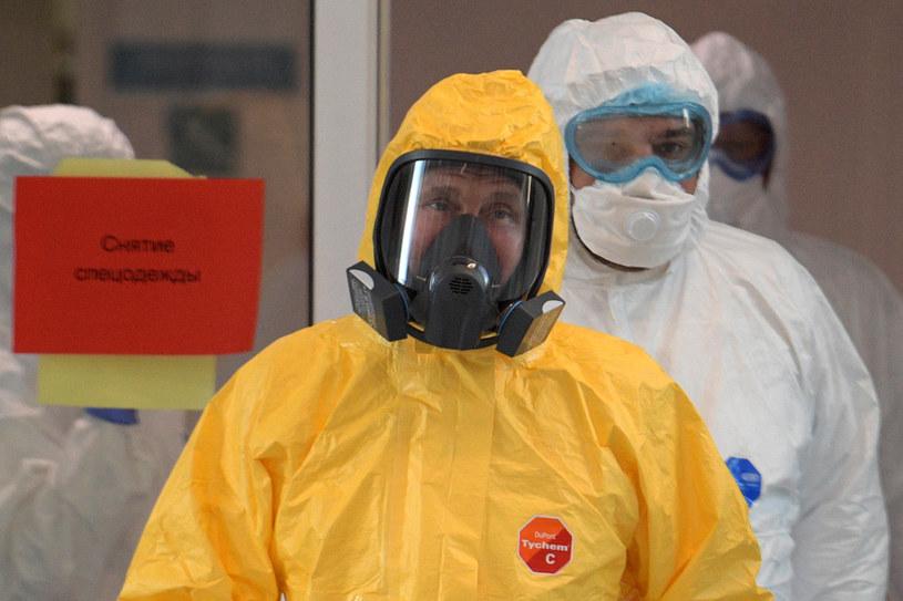 Władimir Putin w stroju ochronnym w rosyjskim szpitalu /AFP