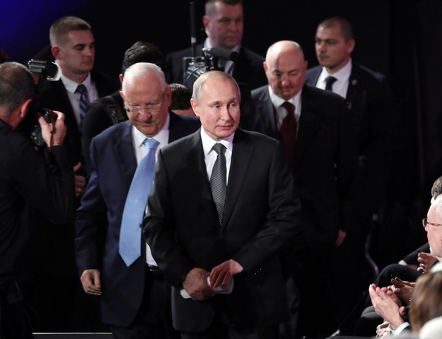 Władimir Putin wchodzący na salę Światowego Forum Holokaustu /ABIR SULTAN / POOL /PAP/EPA